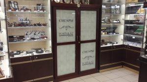Оклейка пленкой  шкафа-витрины магазина ТАБАК-ПОДАРКИ